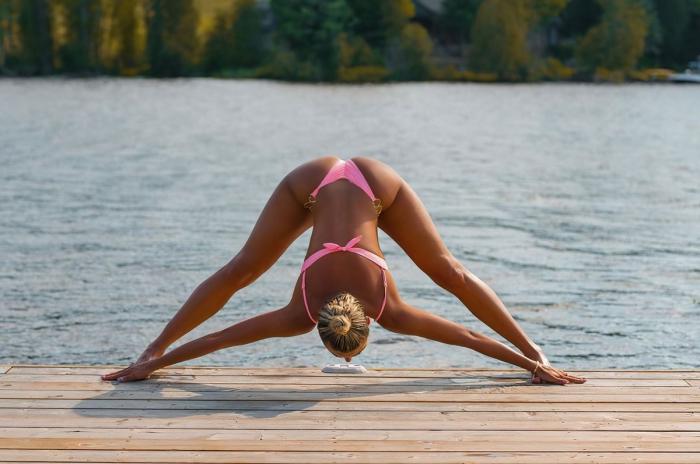Хлоя Терэ (Khloe Terae) - горячая канадская бикини модель любит заниматься йогой 1
