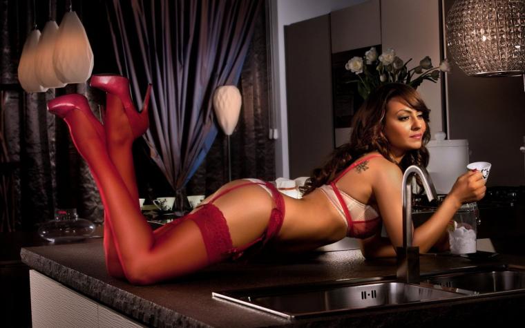 Фото девушек в красных чулках: шикарные и страстные 5