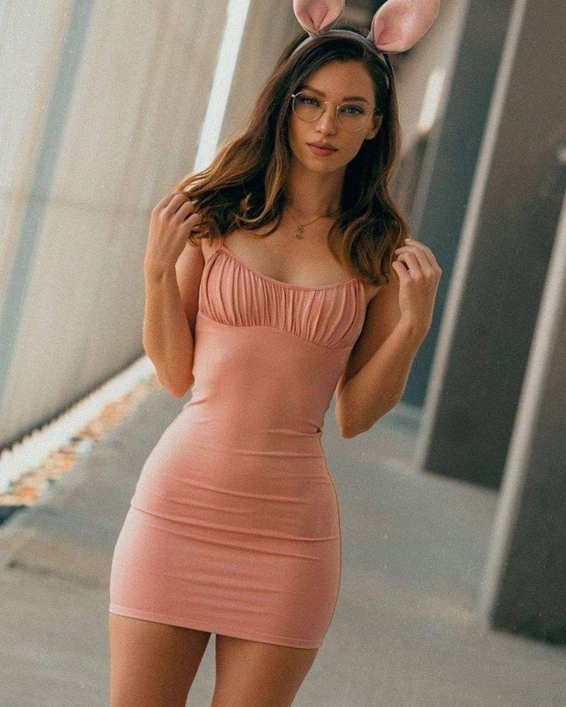 Шикарные красотки в розовых и красных мини платьях 7
