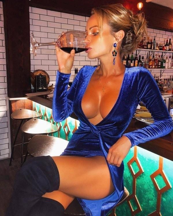 Худые девушки с большой грудью в обтягивающих платьях (21 фото) 6