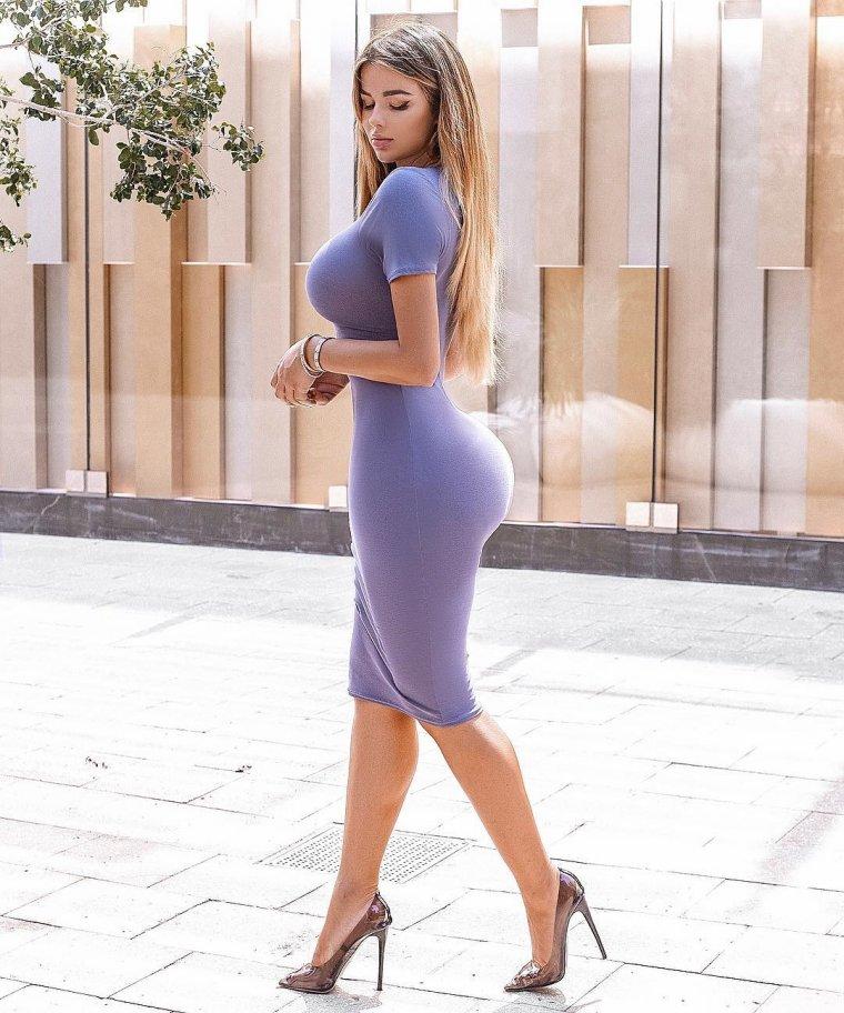 Девушки с формами в облегающих платьях: горячие фото 15