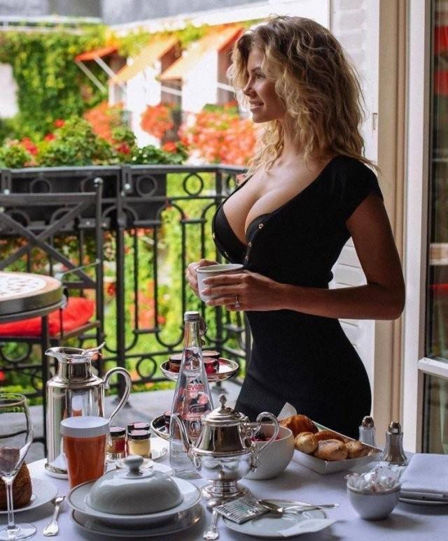 Худые девушки с большой грудью в обтягивающих платьях (21 фото) 20