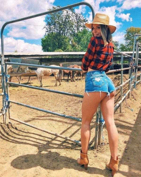Девушки в коротких джинсовых шортиках: горячие фото 11