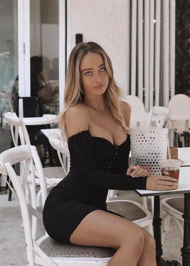 Худые девушки с большой грудью в обтягивающих платьях (21 фото) 10