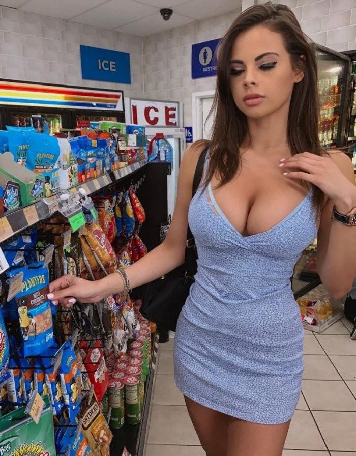 Красивые девушки в синих и голубых платьях: они очаровательны 3