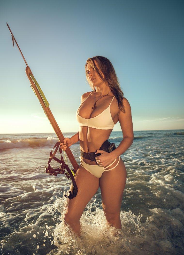 Сексуальные рыбачки в купальниках и с уловом 6