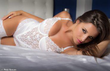 Красивые девушки в белом кружевном белье: милашки