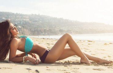 Девушки на пляже в купальниках (20 фото)