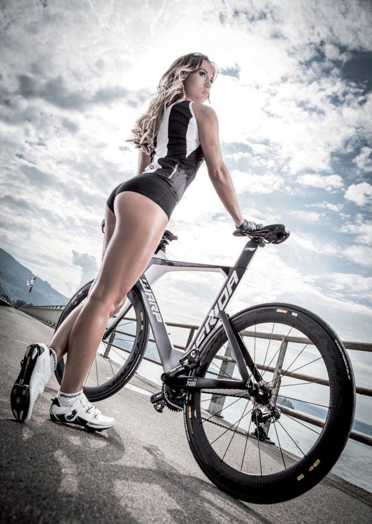 Девушки на велосипедах в коротких шортиках (18 фото) 10
