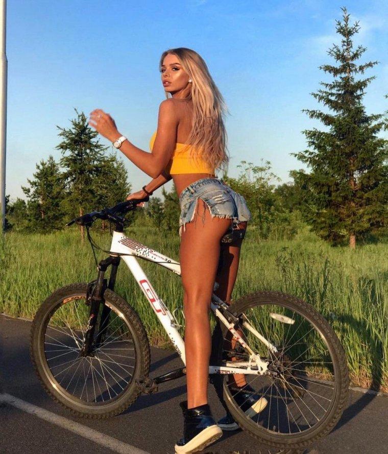 Девушки на велосипедах в коротких шортиках (18 фото) 2
