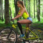 Девушки на велосипедах в коротких шортиках (18 фото) 7