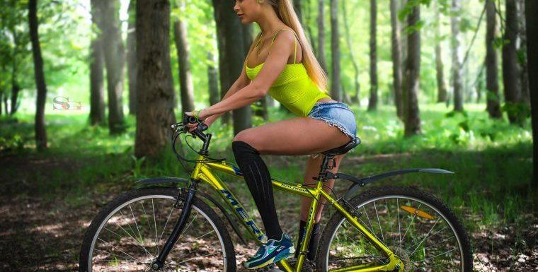 Девушки на велосипедах в коротких шортиках (18 фото)