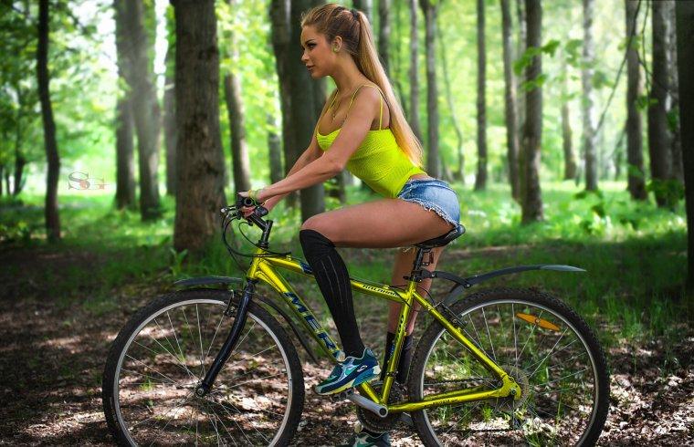 Девушки на велосипедах в коротких шортиках (18 фото) 9