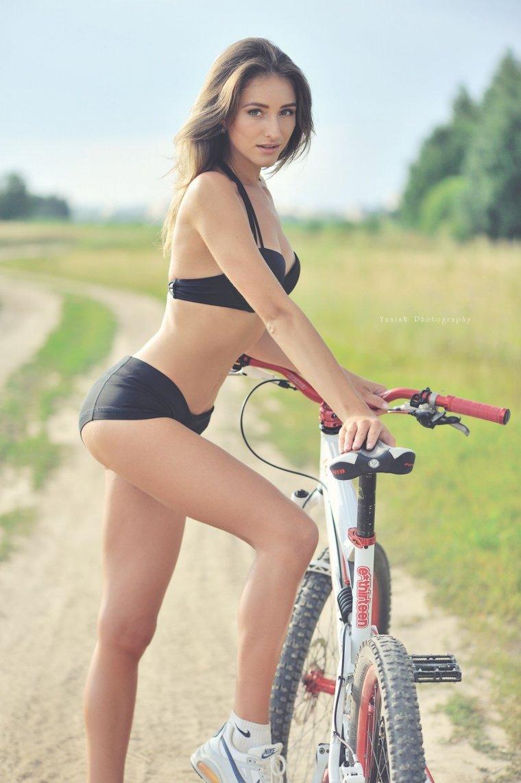 Девушки на велосипедах в коротких шортиках (18 фото) 1