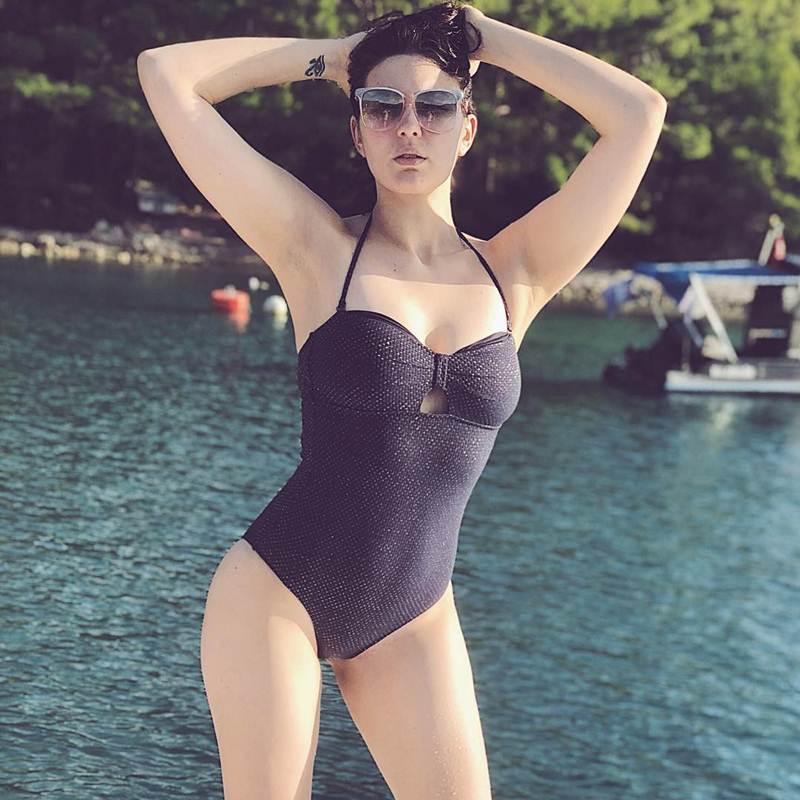 Певица МАРУФ - Горячие фото в купальнике: стройная красавица 7