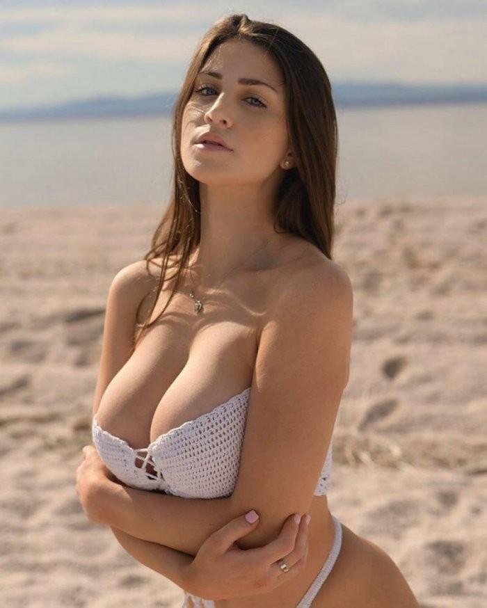 Красивые девушки в бикини на пляже (28 фото) 7