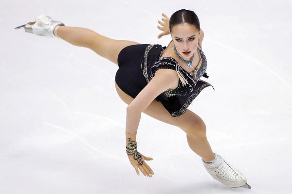 Самые горячие фото Алины Загитовой на льду 11