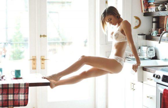 Соблазнительные девушки на кухне или горячие домохозяйки