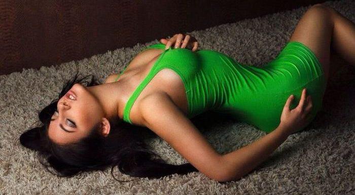 Жгучие брюнетки в облегающих платьях: страстные красавицы