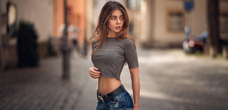 Девушки в коротких шортиках: фитоняшки в мини и другие