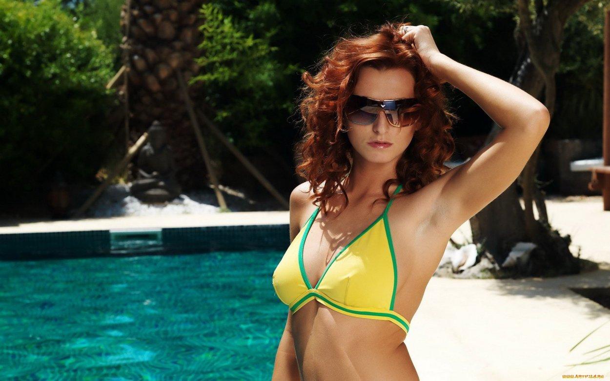 Красивые рыжие девушки в купальниках: жаркие фото 1