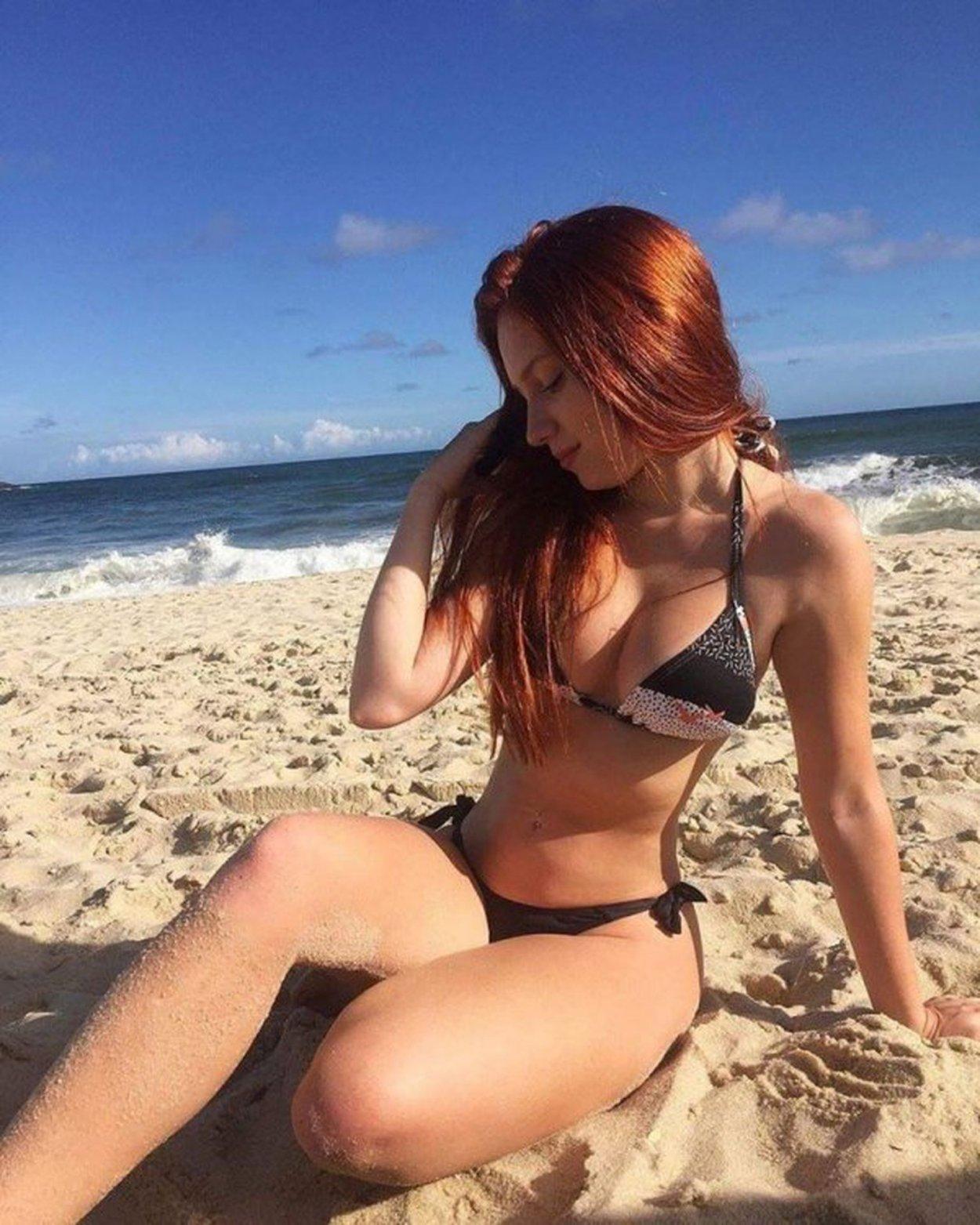 Красивые рыжие девушки в купальниках: жаркие фото 9
