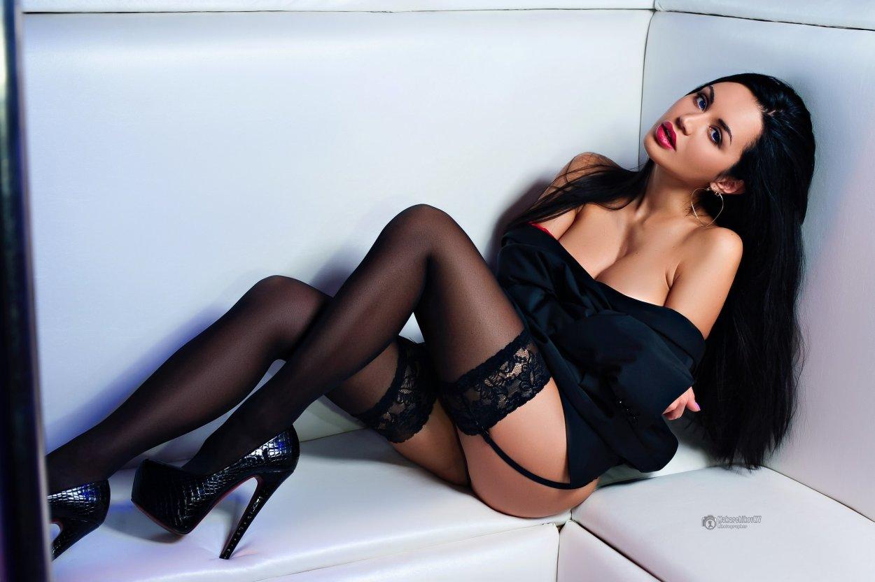 Красивые девушки показали ножки в чулочках (40 фото) 5