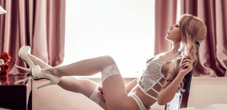 Красивые девушки показали ножки в чулочках (40 фото)