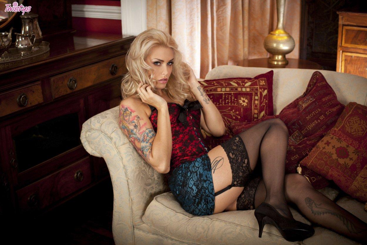 Красивые девушки показали ножки в чулочках (40 фото) 8
