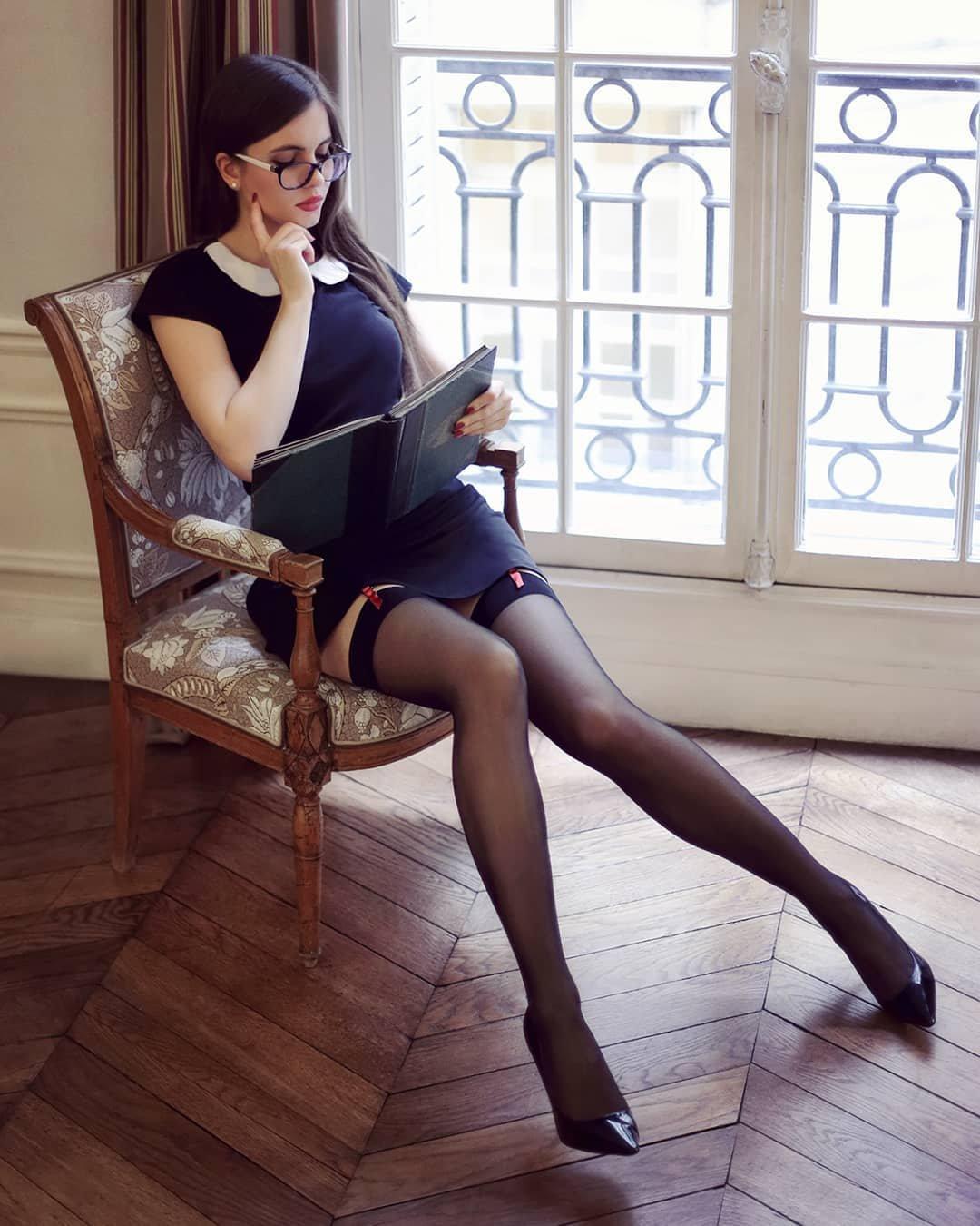 Красивые девушки показали ножки в чулочках (40 фото) 37