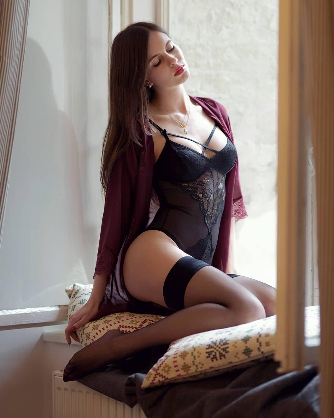 Красивые девушки показали ножки в чулочках (40 фото) 24