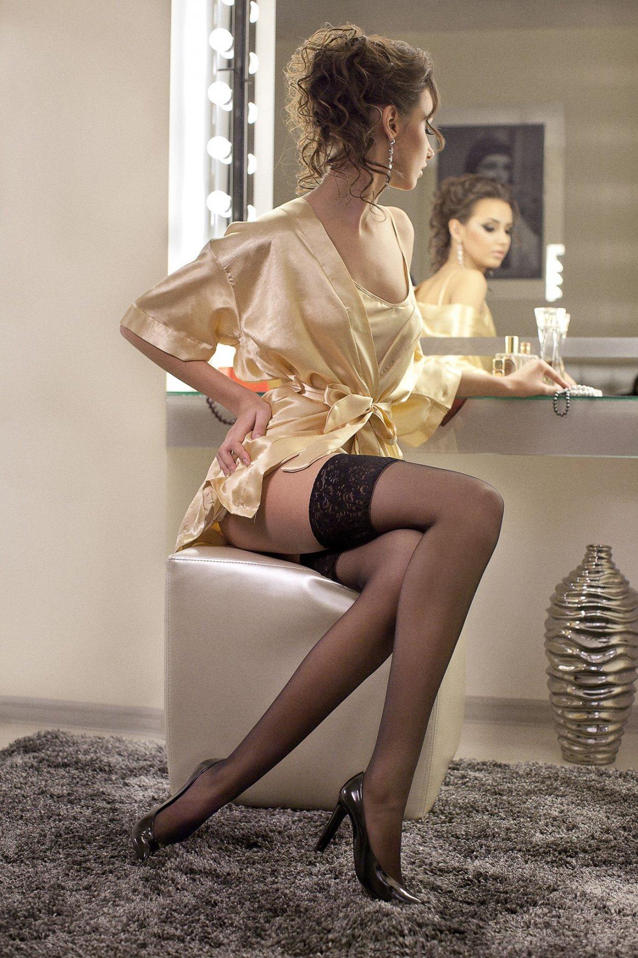 Красивые девушки показали ножки в чулочках (40 фото) 13