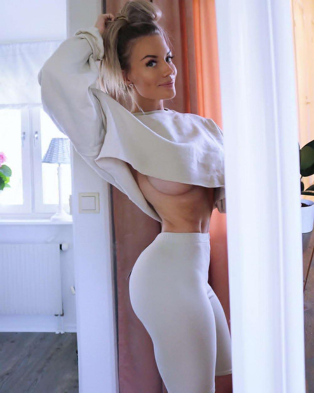 Самые эффектные девушки в стиле underboob (43 фото) 41