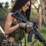 """Сексуальные девушки с оружием: """"опасные"""" фото 4"""