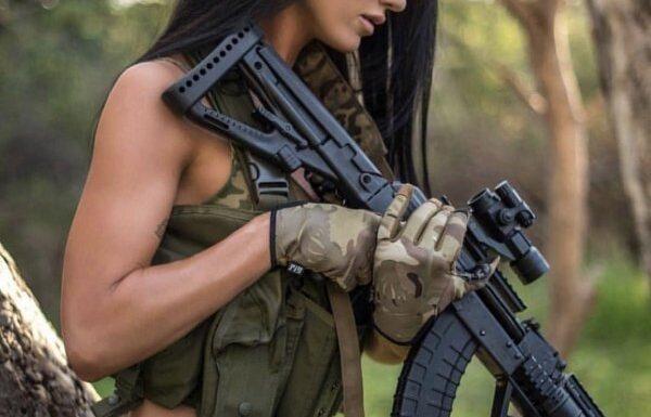 """Сексуальные девушки с оружием: """"опасные"""" фото"""